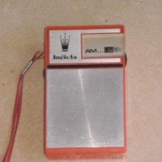 Radios antiguas: RADIO PORTATIL AM MARCA INVICTA DE LOS AÑOS 50 , MECANISMO APARENTE BIEN PERO NO FUNCIONA . UNICA TC. Lote 219219086