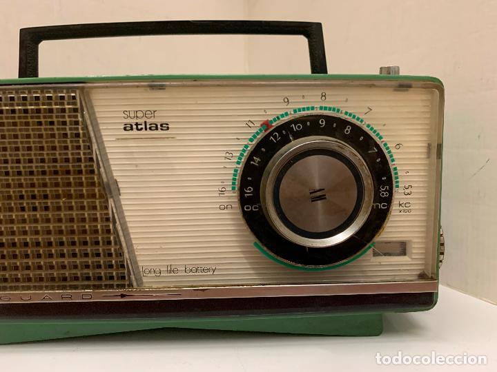 Radios antiguas: Antiguo radio transistor VANGUARD SUPER ATLAS. Absolutamente vintage. Color VERDE - Foto 6 - 220543956