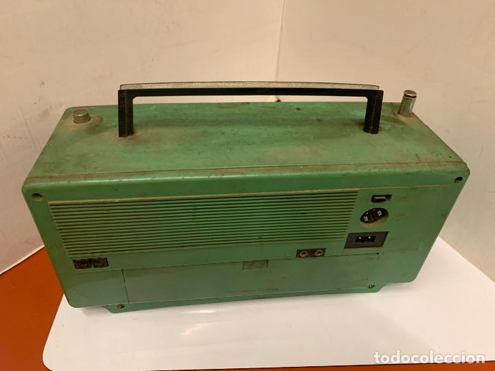 Radios antiguas: Antiguo radio transistor VANGUARD SUPER ATLAS. Absolutamente vintage. Color VERDE - Foto 7 - 220543956
