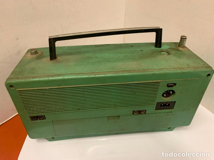 Radios antiguas: Antiguo radio transistor VANGUARD SUPER ATLAS. Absolutamente vintage. Color VERDE - Foto 10 - 220543956