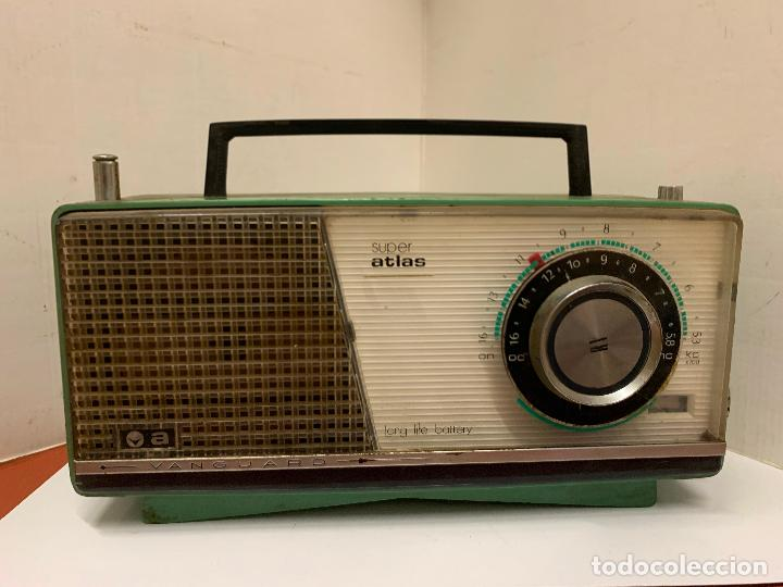 Radios antiguas: Antiguo radio transistor VANGUARD SUPER ATLAS. Absolutamente vintage. Color VERDE - Foto 3 - 220543956