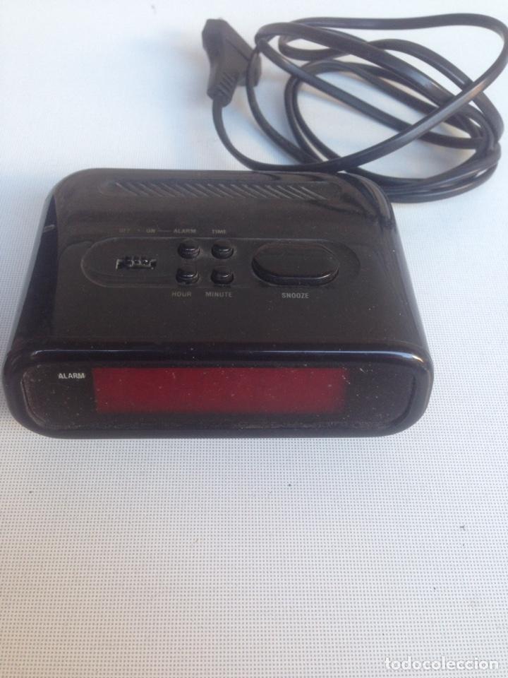 RADIO DESPERTADOR A PILAS DE 9 V Y A LA RED (Radios, Gramófonos, Grabadoras y Otros - Transistores, Pick-ups y Otros)