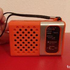Radios antiguas: ANTIGUO TRANSISTOR RADIO PEQUEÑO DISEÑO SANYO RP 1250 FUNCIONANDO VINTAGE ROJO. Lote 226393915