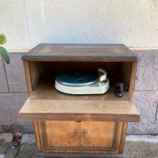 Radios antiguas: ANTIGUO TOCADISCOS CON MUEBLE!. Lote 228047310