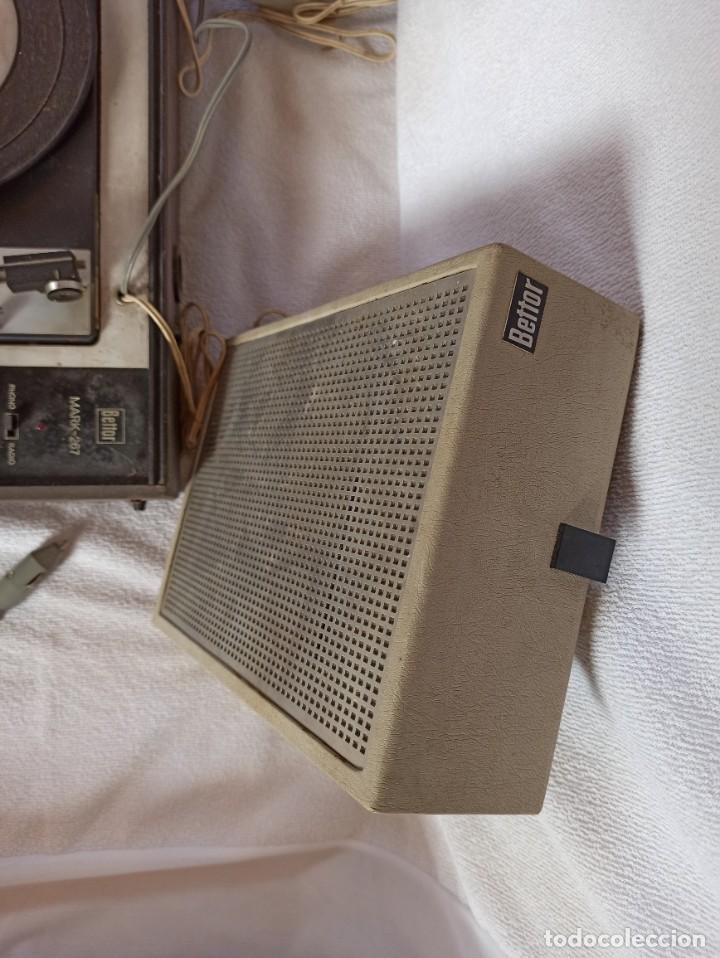 Radios antiguas: Radio - tocadiscos portátil Bettor, modelo Mark 267 - Foto 23 - 228662210