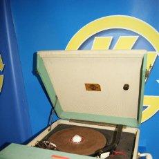 Rádios antigos: TOCADISCOS VINTAGE - MALETA 125 V - PARA DECORACIÓN O REPARACIÓN -NO FUNCIONA.. Lote 229564785