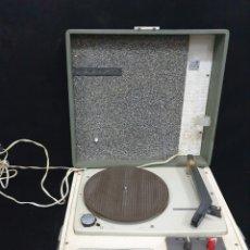 Radios antiguas: TOCADISCOS DE MALETA COSMO. Lote 236026130