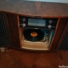 Radios antiguas: MUEBLE TOCADISCOS Y RADIO DE LOS AÑOS 50. Lote 236155700
