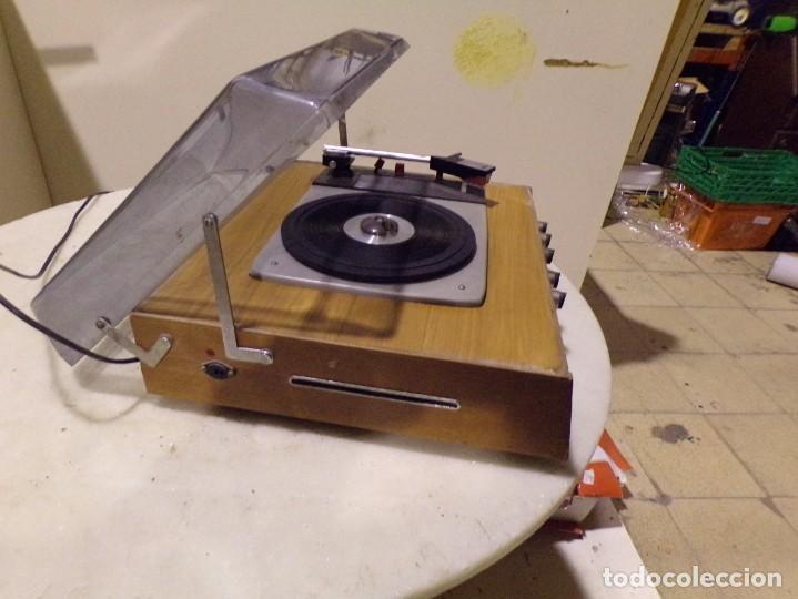 Radios antiguas: tocadiscos vintage marca cosmo modelo 3501 funcionando y buen estado - Foto 8 - 236173150