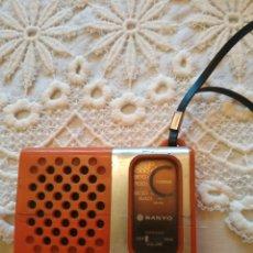 Radios antiguas: RADIO SANYO MODELO 1250 EN ROJO. Lote 236753510
