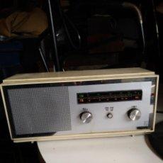 Radios antiguas: RADIO CADETTO FM PHILIPS MODELO 19 RB-196 BLANCA AÑOS 70 ITALIA NO ENCIENDE 31X11.5 ALTURA 15 CM.. Lote 237163650