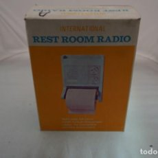 Radios antiguas: RARISIMA RADIO PORTARROLLOS PAPEL HIGIENICO - INTERNATIONAL REST ROOM RADIO - IMPECABLE! NUEVA. Lote 241376755
