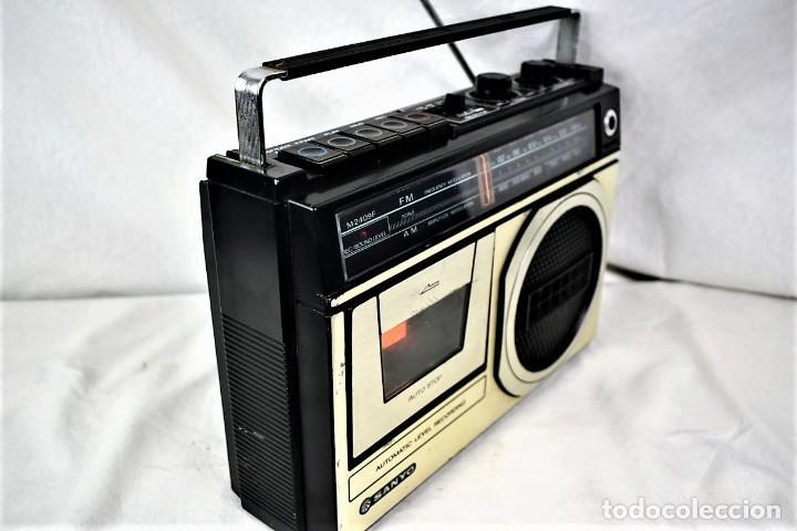 Radios antiguas: Radio cassette Sanyo M-2409F año 1978 - Foto 5 - 245472365