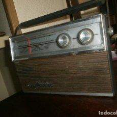 Radios antiguas: ANTIGUA RADIO TRANSISTOR SANYO CANTINO - AM - FM FUNCIONANDO - SIN TAPA DE PILAS - ASA PEGADO .. Lote 257500315
