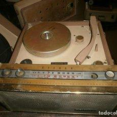 Radios antiguas: CROWN RADIO, TOCADISCOS ANTIGUO DE MALETA 43X30X15 CM. ENCIENDE PERO NO SUENA, EL TOCADISCOS NO GIRA. Lote 257647445
