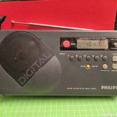 Radios antiguas: RADIO MULTIBANDA PHILIPS.FUNCINA .HA FALTA DE TAPA DE LAS PILAS.. Lote 261620490