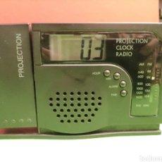 Radios antiguas: RADIO TRANSMISOR RELOJ . CON RELOJ REFLECTANTE. FUNCIONA. Lote 261623810