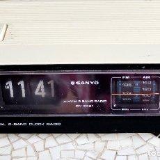 Radios antiguas: RADIO DESPERTADOR RELOJ SANYO MODELO RM 5021. Lote 267229899
