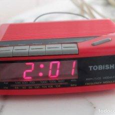 Radios antiguas: PEQUEÑA RADIO ELÉCTRICA, FUNCIÓN RELOJ Y DESPERTADOR, ROJO, TOBISHI. Lote 267233139