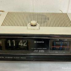 Radios antiguas: RADIO-DESPERTADOR, SANYO AM 5010, BLANCO, VINTAGE. DE DOS CANALES.. Lote 270185613