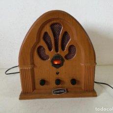 Rádios antigos: RADIO DE MADERA, INTERNATIONAL COLLECTOR´S EDITION RADIO, UNOS 32 X 30 X 18 CMS, FUNCIONANDO, LEER. Lote 276497763