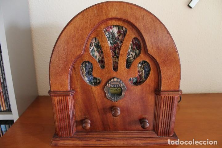 RÉPLICA DE RADIO ANTIGUA DE CAPILLA EN MADERA FUNCIONA 31,5 CM ALTO (Radios, Gramófonos, Grabadoras y Otros - Transistores, Pick-ups y Otros)