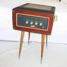 Radios antiguas: MELODIAL HOLIDAY SERIE ORO. ANTIGUO TOCADISCOS O PICK-UP EN SU MALETÍN CON PATAS.. Lote 291049738