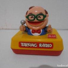 Radios antiguas: TALKING RADIO, RADIO TRANSISTOR, CON LA FIGURA DE UN LOCUTOR QUE MUEVE LA BOCA, AÑOS 60. Lote 293708923