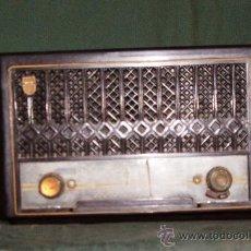 Radios de válvulas: RADIO PHILIPS MIDE 31X20X14 CM.FUNCIONA A 125V TAMAÑO PEQUEÑO BAQUELITA DE VALVULAS. Lote 24118301