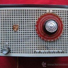 Radios de válvulas: PEQUEÑA RADIO PHILIPS DE VALVULAS EN BAQUELITA. FUNCIONA.. Lote 26554036