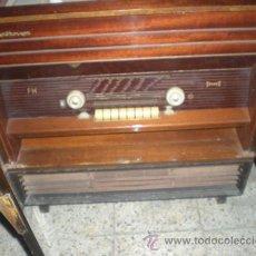 Radios de válvulas: RADIO TOCADISCOS. Lote 27114248