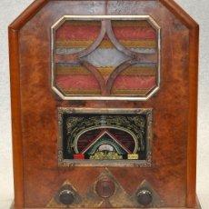 Radios de válvulas: PRECIOSA RADIO D LOS AÑOS 40-50 TIPO CAPILLA. EN MADERA. Lote 27320416