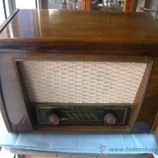 Radios de válvulas: ANTIGUO APARATO DE RADIO TOCADISCOS WEGA. Lote 30178602