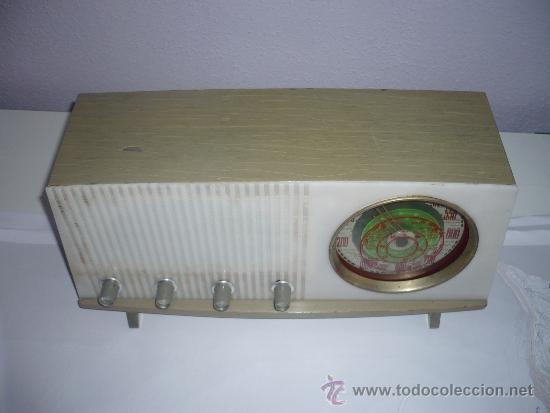 Radios de válvulas: RADIO ANTIGUA VINTAGE RETRO VICTORIA DE MADERA FUNCIONANDO AÑOS 60 ESPAÑA SPAIN - Foto 2 - 33994448