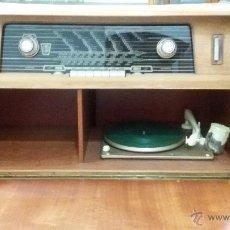 Radios de válvulas: RADIO MUEBLE TOCADISCOS FRANCESA FUNCIONANDO. Lote 51659276