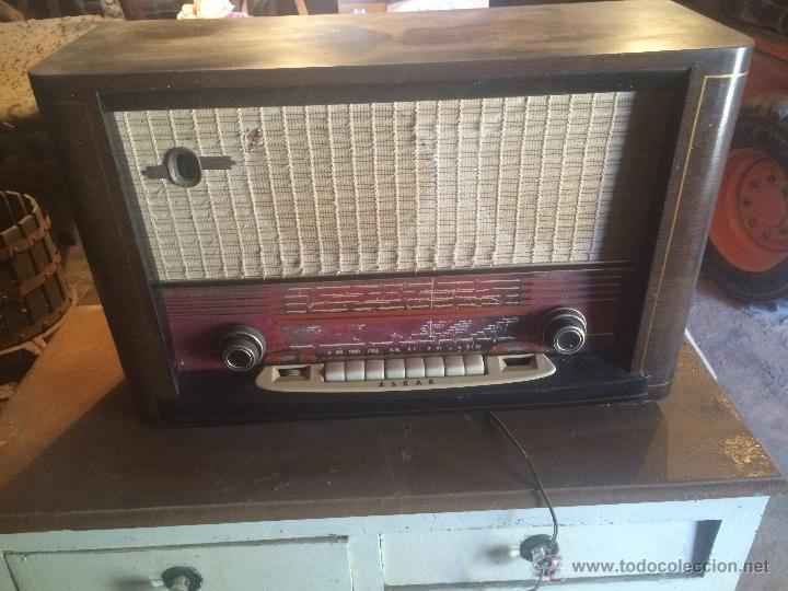 ANTIGUA RADIO DE VALVULAS MARCA ASKAR DE LOS AÑOS 50 CON ANTENA INCORPORADA EN INTERIOR (Radios, Gramófonos, Grabadoras y Otros - Radios de Válvulas)