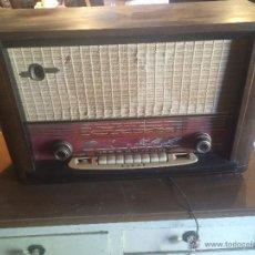 Radios de válvulas: ANTIGUA RADIO DE VALVULAS MARCA ASKAR DE LOS AÑOS 50 CON ANTENA INCORPORADA EN INTERIOR. Lote 53228891
