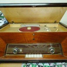 Radios de válvulas: RADIO DE VÁLVULAS PHILIPS CON PLATO GIRADISCOS, AÑOS 50. Lote 152658528