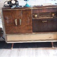 Radios de válvulas: MUEBLE CON RADIO ANTIGUA. Lote 56887410