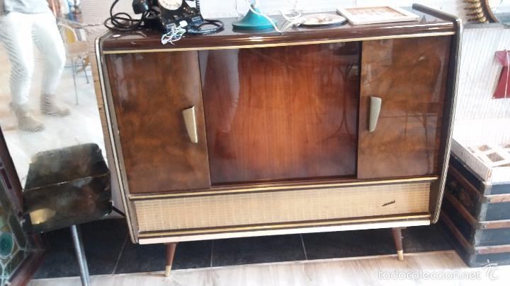 Radios de válvulas: mueble con radio antigua - Foto 2 - 56887410