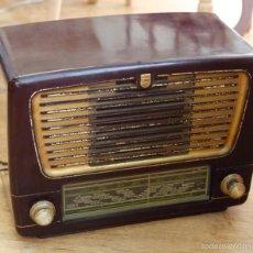 Radios de válvulas: PRECIOSA RADIO PHILIPS, CAJA COLOR GRANATE. CON TODAS LAS PIEZAS DE ORIGEN. Lote 80689071
