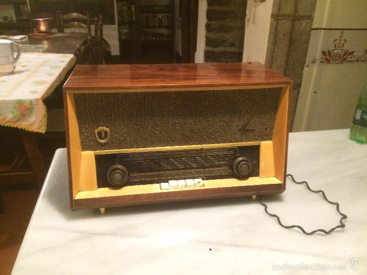 ANTIGUA RADIO A VÁLVULAS MARCA MAGESTIC JET CON CAJA DE MADERA Y DIAL RECTANGULAR DE CRISTAL AÑOS 60 (Radios, Gramófonos, Grabadoras y Otros - Radios de Válvulas)