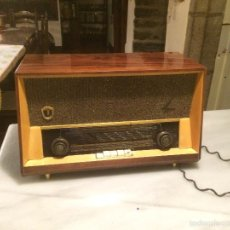 Radios de válvulas: ANTIGUA RADIO A VÁLVULAS MARCA MAGESTIC JET CON CAJA DE MADERA Y DIAL RECTANGULAR DE CRISTAL AÑOS 60. Lote 58447051