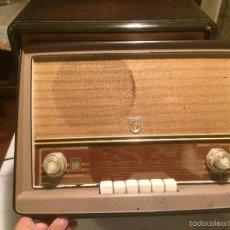 Radios de válvulas: ANTIGUA RADIO A VÁLVULAS MARCA PHILIPS CON CAJA DE BAQUELITA DIAL RECTANGULAR DE CRISTAL AÑOS 50-60. Lote 173572450