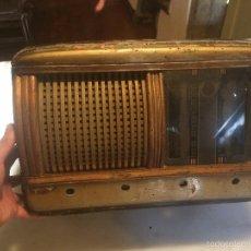 Radios de válvulas: ANTIGUA RADIO A VÁLVULAS DE MADERA Y DIAL CUADRADO DE CRISTAL AÑOS 40 RADIO MARCA BRUNET. Lote 58447353