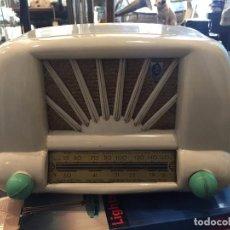 Radios de válvulas: VINTAGE RADIO DE VALVULAS EN BAQUELITA MARCA LEOSON AÑOS 50. Lote 69368733