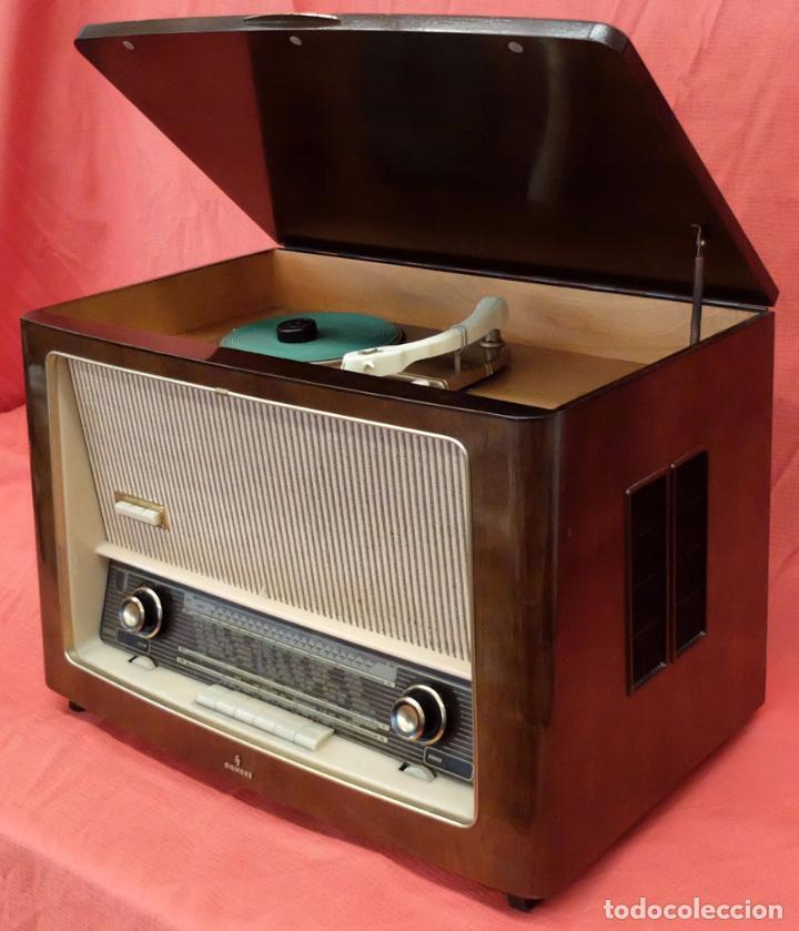 Radios de válvulas: RADIO TOCADISCOS SIEMENS PHONOSUPER K7. FINALES DE LOS AÑOS 50 - Foto 2 - 85045564