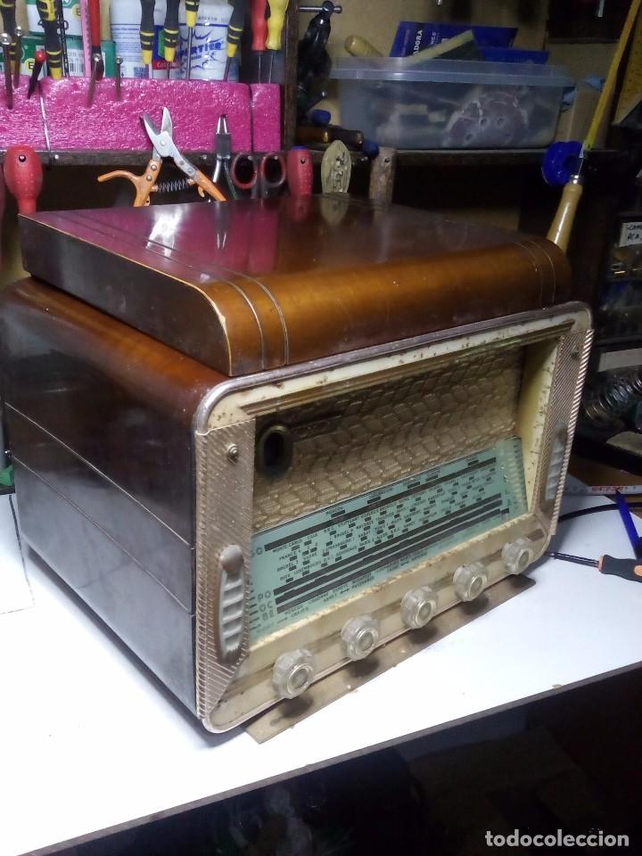 Radios de válvulas: Antigua radio/tocadiscos francesa REELA - Foto 2 - 91188950