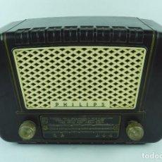 Radios de válvulas: RADIO PHILIPS MODELO BE 352U, NO LA HEMOS PROBADO, TIENE RAJA EN LA PARTE DERECHA POSTERIOR QUE FUE . Lote 92009095