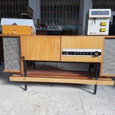 Radios de válvulas: ANTIGUO MUEBLE RADIO - TOCADISCOS. CON PLATO DUAL 1010. CHAPA IMPUESTO DE LUJO. Lote 96172686